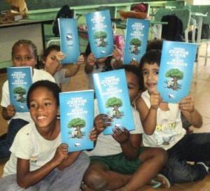 Aluno da escola Aurelino Gonçalves Dias, em Piraí, recebe a cartilha da PCH Paracambi