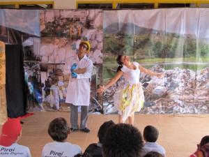 """Os alunos assitiram à peça """"Vida de Lixo"""" sobre reciclagem."""