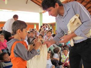Gerente Ambiental, Adalto Gomes, distribui brinde da PCH Paracambi.