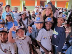 Professora e alunos posam com o boné da PCH Paracambi.