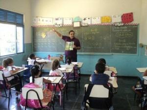 Equipe-de-comunicacao-apresenta-a-cartilha-na-sala-de-aula-300x225