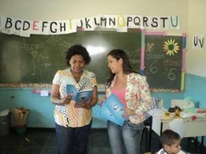 Professora-da-Escola-Floresta-a-dir-recebe-orientacao-sobre-o-material-300x225